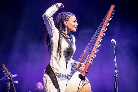 Prima cantareata la kora din Africa, Sona Jobarteh, canta la Jazz in the Park